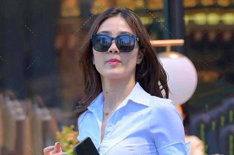 白衬衫搭配黑色半身裙,简单干练的职场通勤风穿搭,显优雅知性美