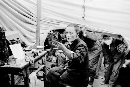 五十年代天桥听野戏 价格便宜人满为患 唱上两段又要钱
