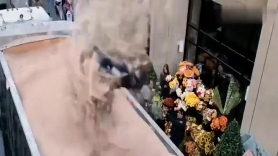 """大街上发现""""沙巨人""""这下麻烦大了,直接化作沙尘暴把警察吹走"""