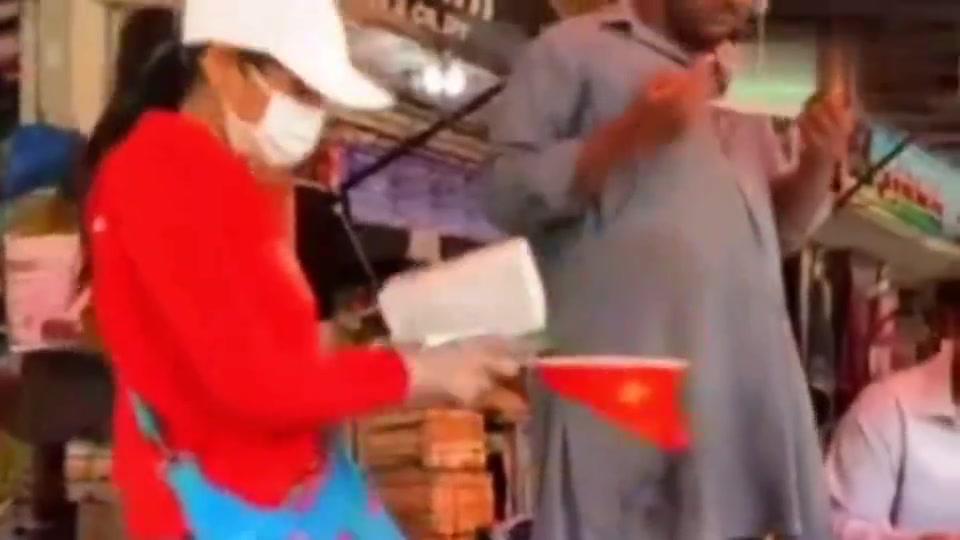 你拿着祖国国旗在巴基斯坦大街上发口罩的样子真美,为你点赞!