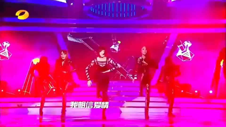 乘风破浪的姐姐孟佳模仿萧亚轩,唱跳《潇洒小姐》,征服全场嘉宾