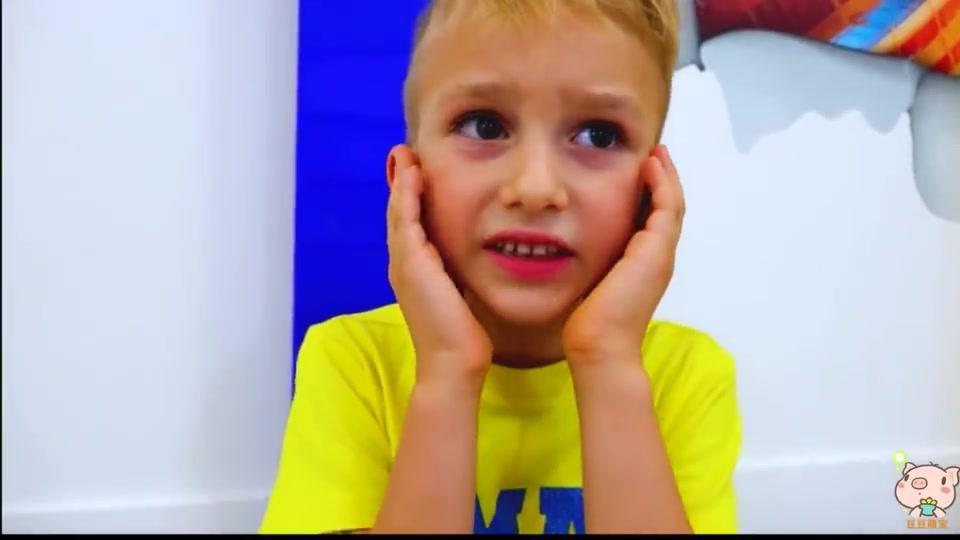 国外儿童时尚,小正太热爱玩托马斯,你们喜欢玩吗?