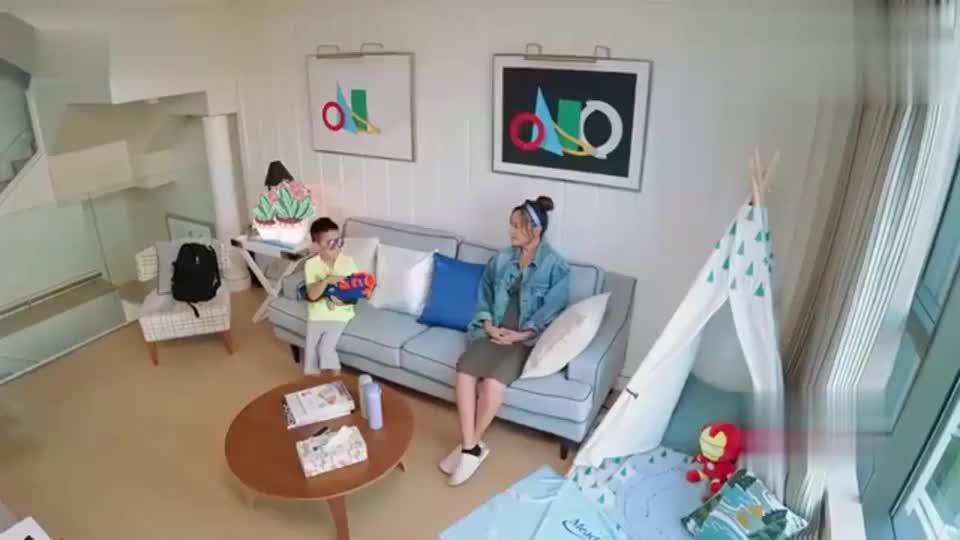陈小春一回到家,Jasper就开始粘着他录像,画面好温馨!