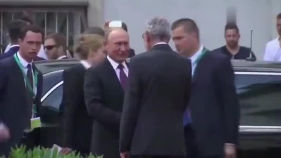 普京访问奥地利,专车还没到,奥地利总统已经开始迎接了