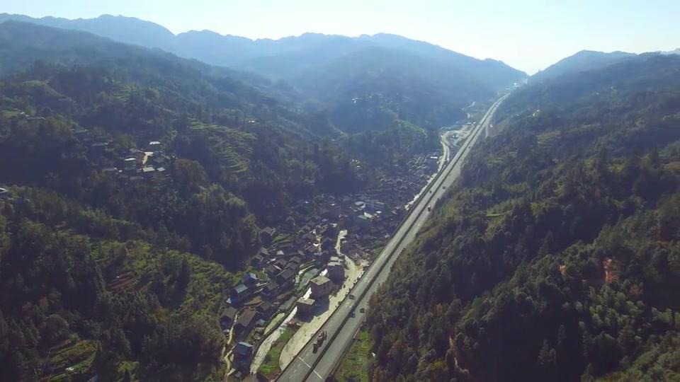 高速公路走进苗乡侗寨,现在农村出门就可以坐车,出行太方便了