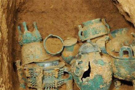 考古队进入一座17岁公主墓,见到一男子,守着稀世珍宝枯坐了千年