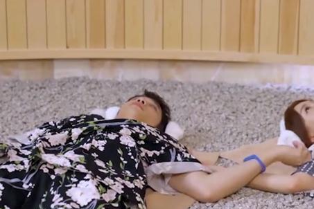 秦岚与小7岁男星互动暧昧!共用一只唇膏,还当众牵手被疑有情况