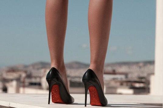 疫情杀死高跟鞋?Jimmy Choo、红底鞋等精品鞋怎样做危机处理?