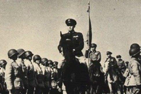 张灵甫命丧孟良崮,蒋介石当众勒令汤恩伯下跪,挥起手杖就打