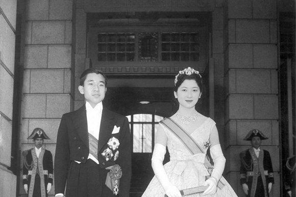 直击日本皇室新娘婚纱照,美智子的最美,雅子优雅迷人