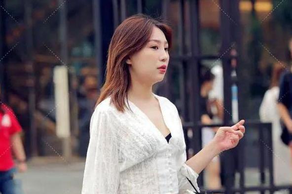 白色V领小短衫+紧身牛仔裤搭配,简单时尚的穿搭,显青春靓丽美