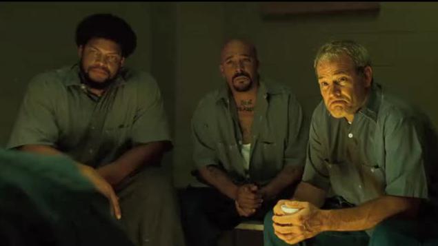 犯人跳出监狱捡篮球,狱警都看傻了,这种人要怎么关啊