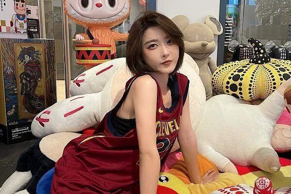 """机车女神""""痞幼""""现身重庆摩博会,与尹正同台,红色赛车服很惹眼"""