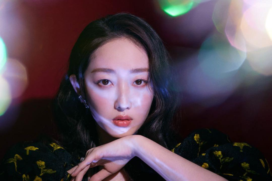 蒋梦婕时尚大片释出 趣味印花迸发复古魅力