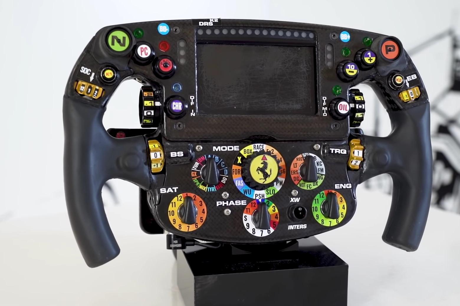 越来越复杂,与塞恩斯一起了解法拉利F1方向盘如何工作