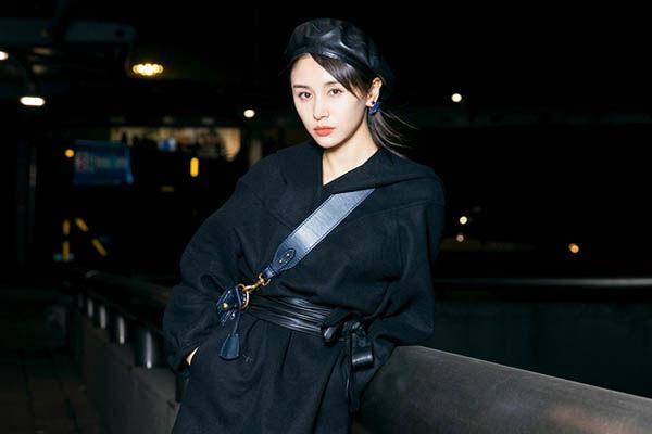 王子文最新机场照,衣着大衣长靴前往巴黎时装周