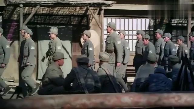 炮兵队来个女通讯员,所有人都看呆了,手里炮弹掉地都不知道