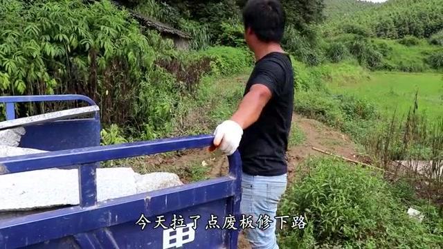 小伙山里养殖,拉一车石板修路,又花500换轮胎,这下不会陷车了