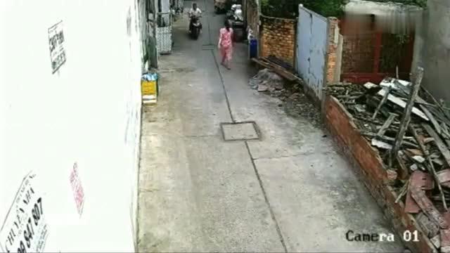 女子刚到小巷子,突然撒腿跑了出去,太荒唐了