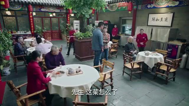 寿星嫌宫保鸡丁味不对,旁桌老头一尝,立马说出寿星哪人