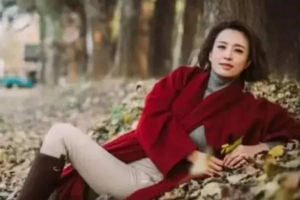 她被毕福剑捧红,也由他介绍嫁入豪门,毕福剑落魄时她主动帮忙!
