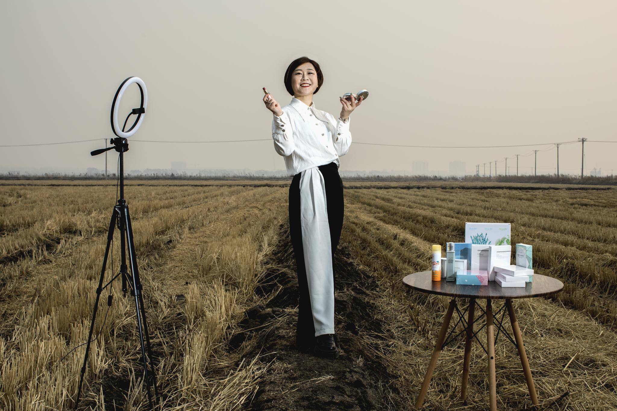 摄影师镜头中的农村妈妈:她们开始化妆,眼睛里有光