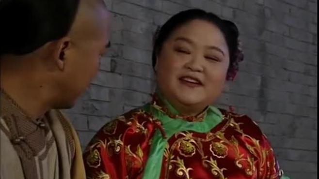 纪晓岚在街边吃鸭头,肥婆搭讪不成,叫来一群姑娘群殴纪晓岚