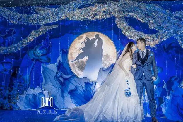 通过饱满而又神秘的空间感,打造一场浪漫的蓝色系婚礼