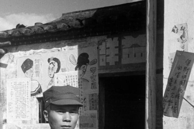 1949年11月深圳中英街照片:我方战士与英方对峙、交谈、握手