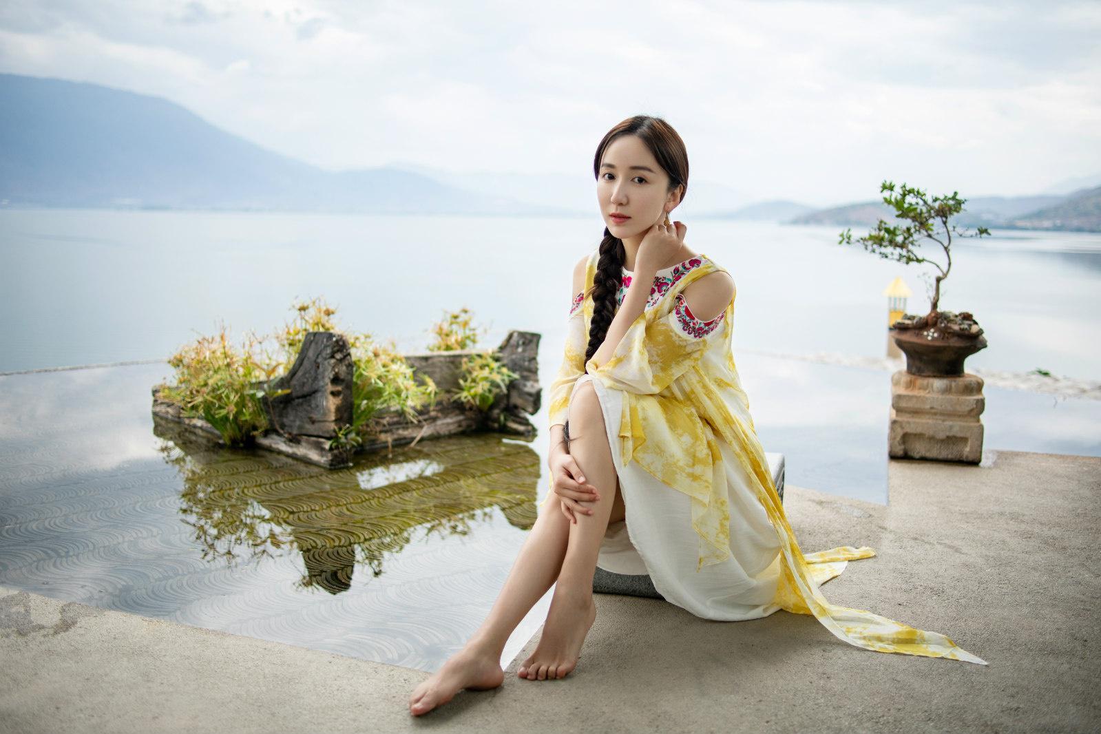 娄艺潇水上大片曝光 民族风刺绣长裙尽显东方之美