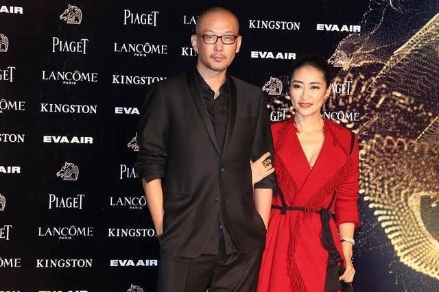 梁静难得惊艳,一身中国红流苏裙配马尾,与190老公身高差超有爱