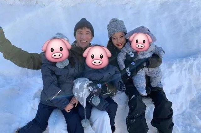 李靓蕾带孩子练瑜伽,姐弟三人四脚朝如同行大礼,俩女儿像双胞胎