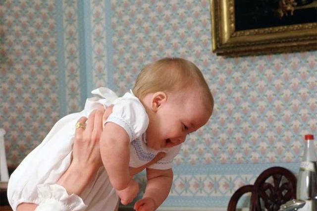 戴安娜王妃与威廉王子、哈里王子的亲子生活照,张张触动人心