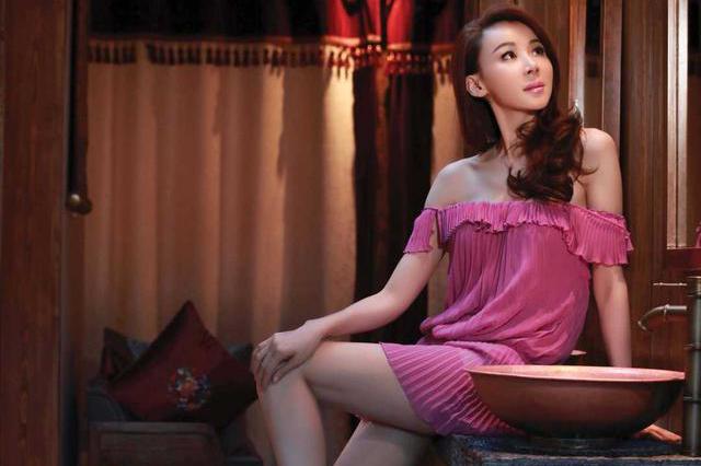 170的萧蔷身材太魔性,穿短T恤配百褶短裙+打底袜,51岁嫩成24岁
