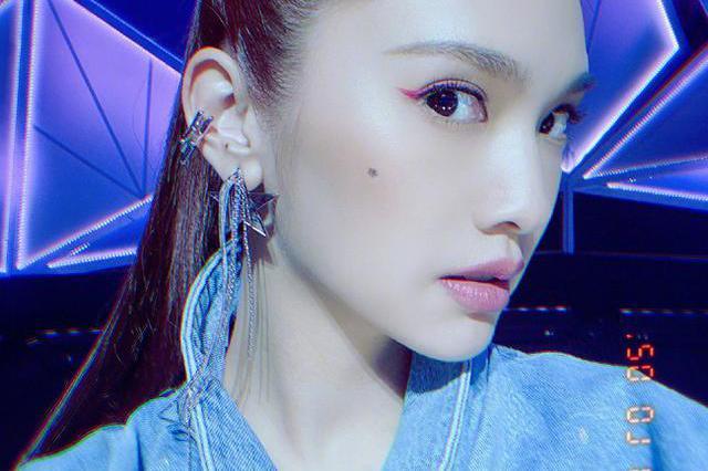 """杨丞琳怕是吃""""防腐剂""""长大的吧!化晒伤妆配泡面头,减龄又洋气"""