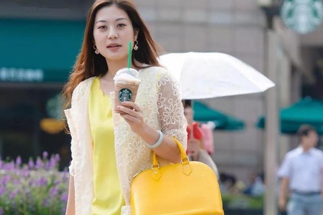 无袖连衣裙+蕾丝防晒衫,夏日必备的清凉穿搭,知性优雅显气质