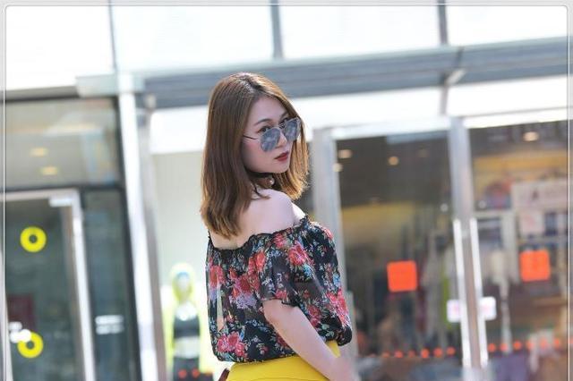 抹胸花纹雪纺服,搭配黄色一步裙,颜色明亮,彰显好身材