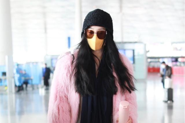 范冰冰的时尚越来越难懂,机场下衣失踪还手捧保温杯,冷还是热?