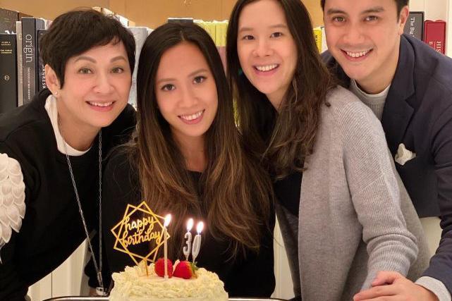 周润发前妻余安安自制蛋糕为女儿庆生 一家人开心喝红酒庆祝