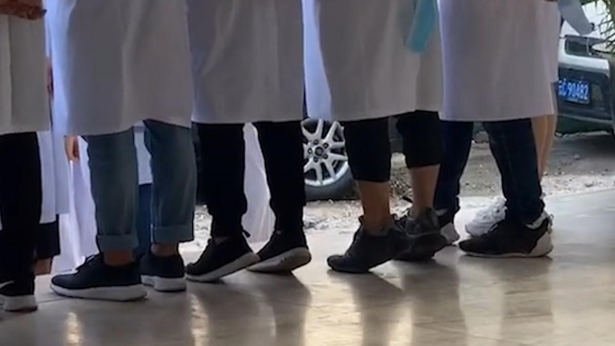 身高不够脚尖顶!2名医学男生拍集体照时努力踮脚撑身高