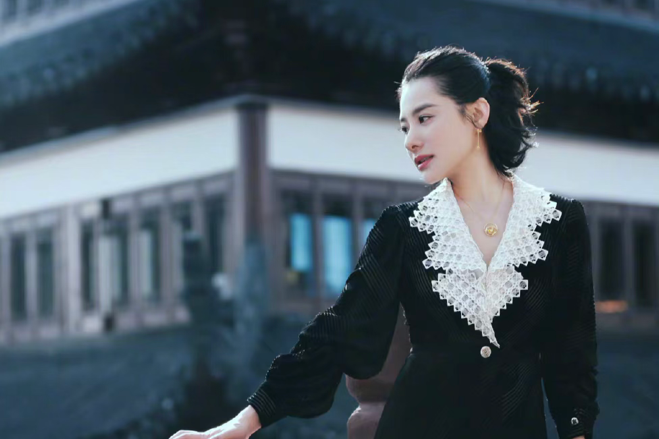 体操皇后刘璇晒近照,V领黑裙显皮肤超白,皮肤血管清晰可见