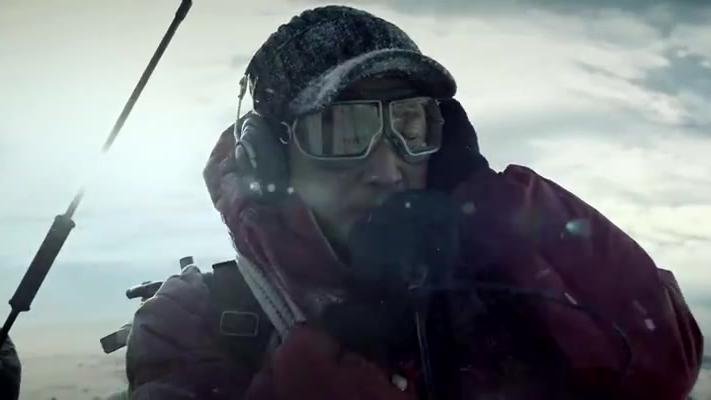 攀登者:登山队遭遇大风暴,绑梯子抵御风暴,帐篷全被刮飞了