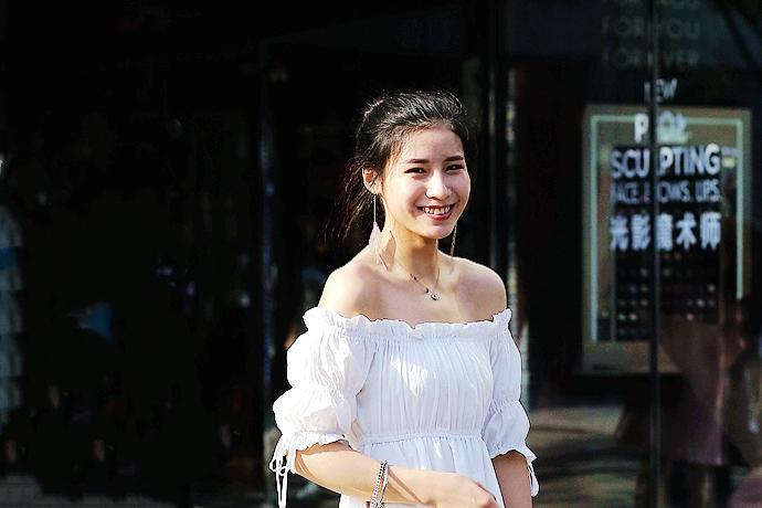 街拍:穿白色抽纱连衣裙和圆口绑带鞋的美女