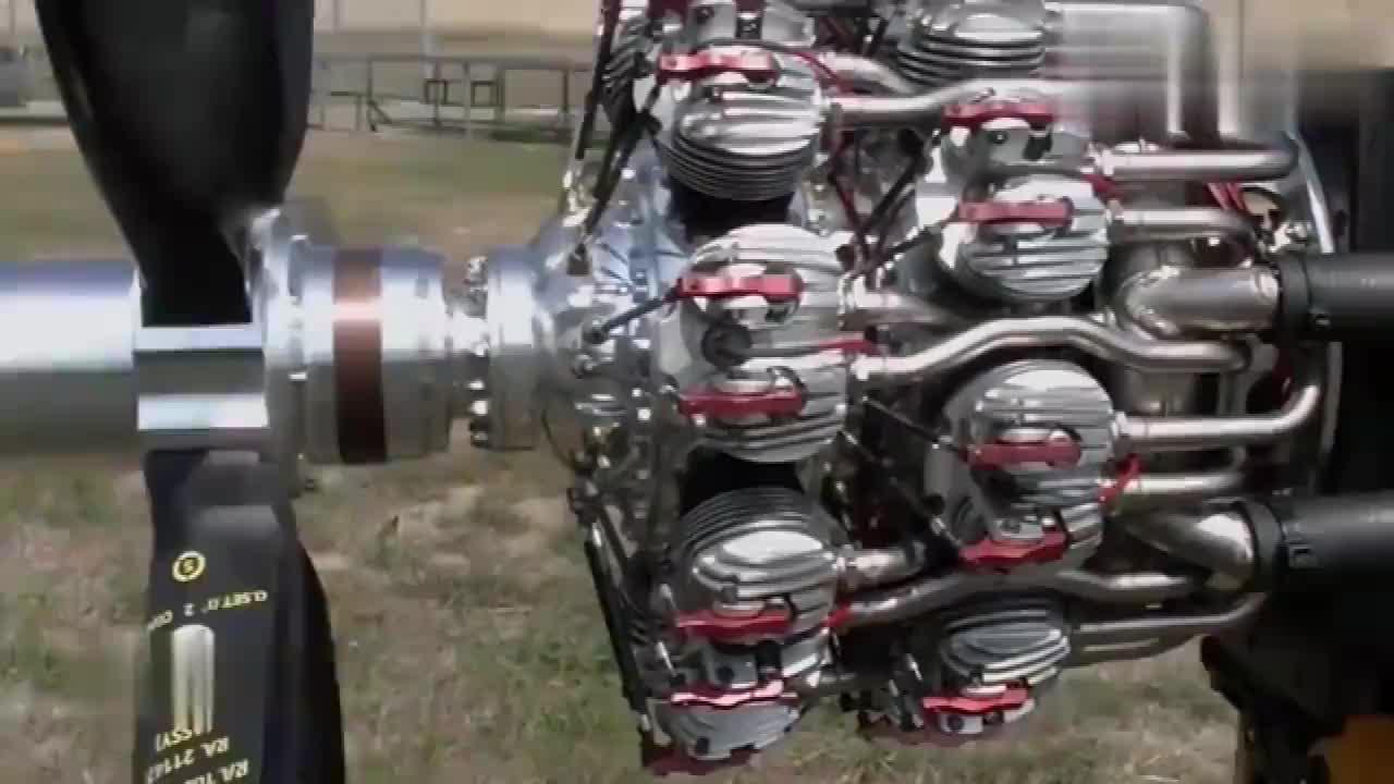 老外启动测试18缸螺旋桨飞机发动机!