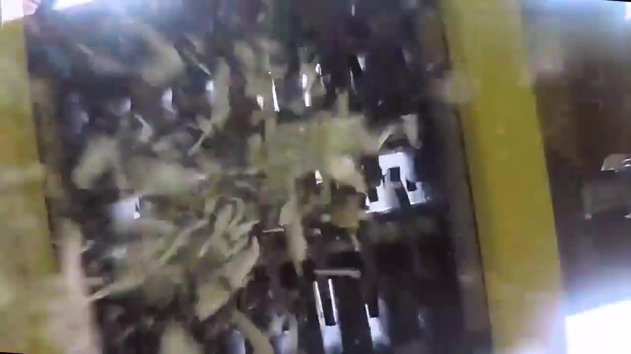 泡沫泥和钢钉板放进碎纸机中做实验,画面感有点辣!