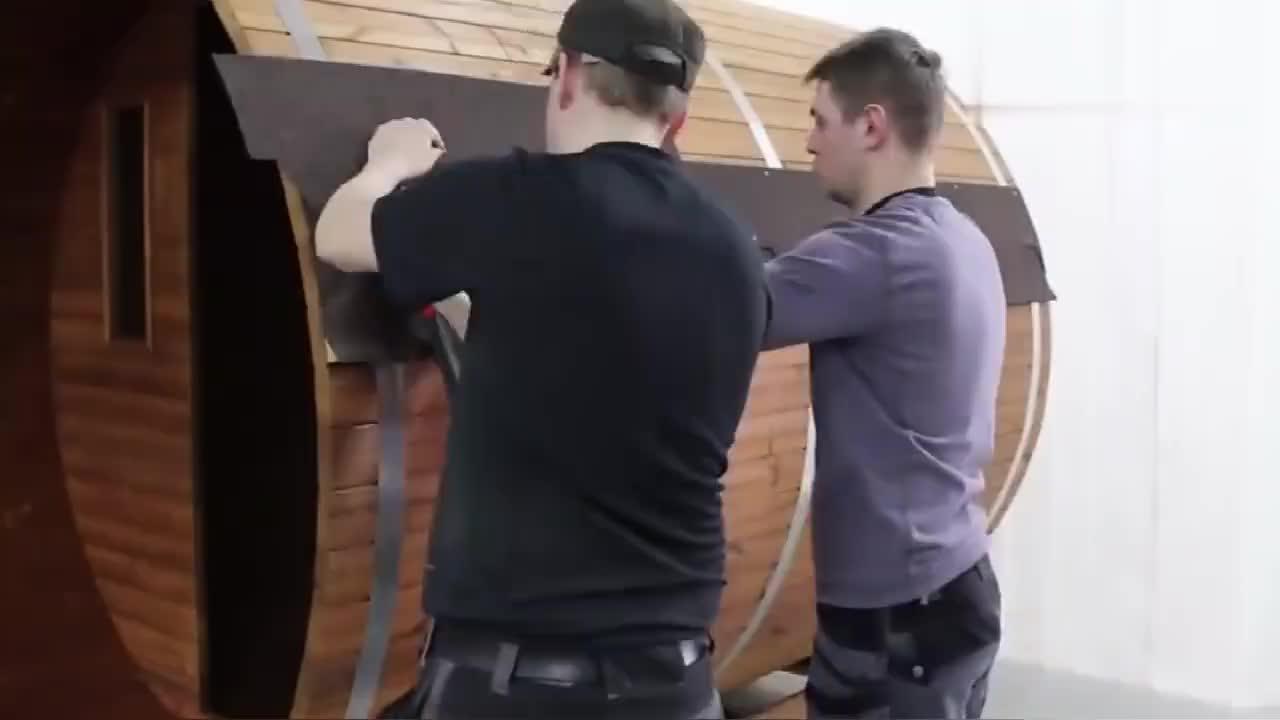 老外用木块建造一个迷你桑拿浴室,看着挺不错的!