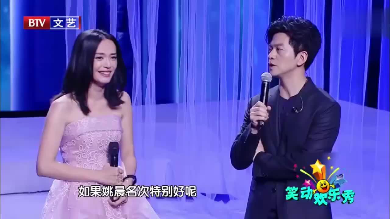 李健姚晨同台演唱,不料半路突然开始讲段子,台下一片尖叫