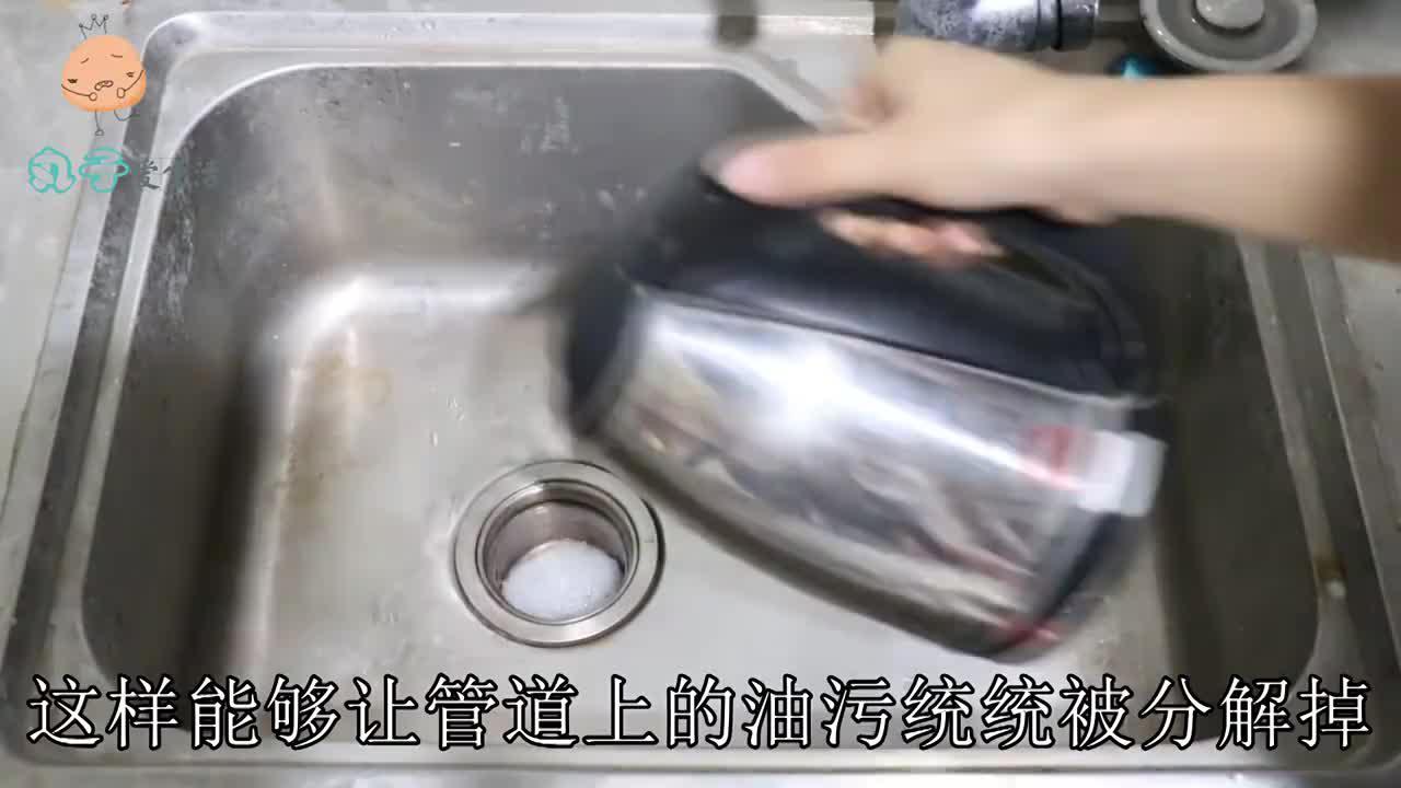 洗碗池堵了,别再用铁丝通,只用一个塑料瓶,10秒让你告别烦恼