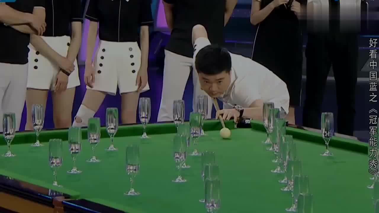 丁俊晖展现世界冠军威力控球绕过玻璃杯入袋,全场尖叫