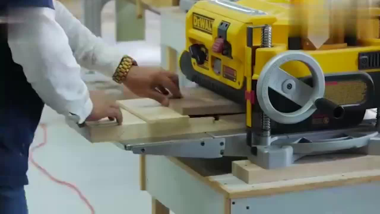 看老木匠如何动手操作自制椅子,网友:又能省下一大笔钱了!